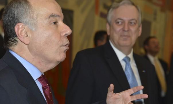 O novo ministro das Relações Exteriores, Mauro Vieira (à frente) em sua cerimônia de posse. (Foto: Valter Campanato/Agência Brasil)