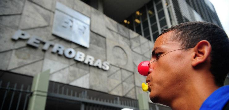 Trabalhadores fazem protesto em frente à sede da Petrobras no Rio (Tânia Rego/ Agência Brasil)