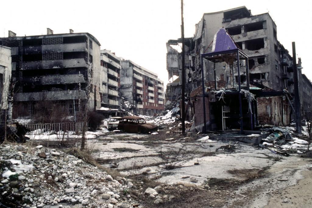 Grbavica, bairro da capital Sarajevo, cerca de quatro meses depois da assinatura de Dayton. Foto: LT. STACEY WYZKOWSKI